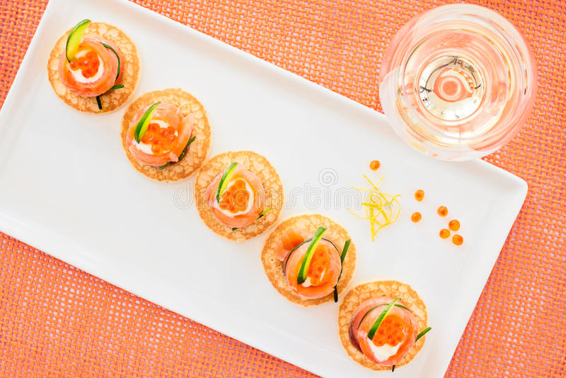 Apéritif de saumons fumés et de caviar avec frais crème et le concombre image libre de droits