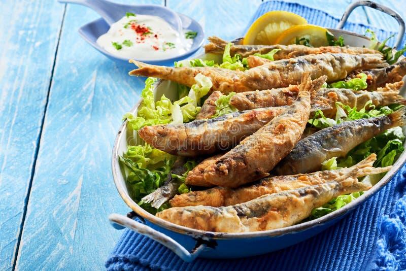 Apéritif méditerranéen sain des sardines frites photographie stock libre de droits