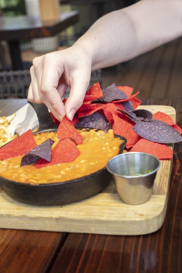Apéritif mexicain de piments de poulet dans une poêle et des puces de fonte photos stock