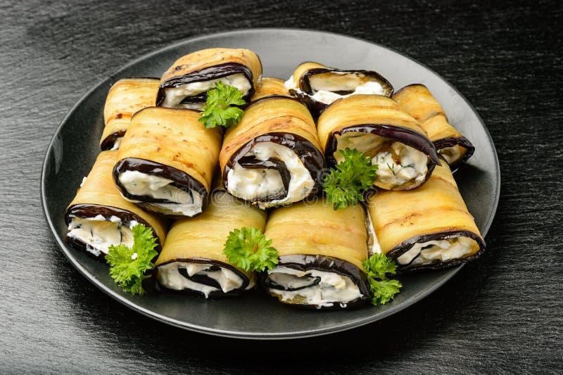 Apéritif - petits pains d'aubergine bourrés du fromage, de l'ail et des verts de crème photo stock