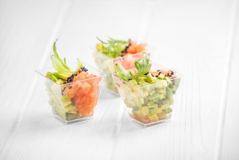 Apéritif végétarien avec l'avocat et la tomate Concept pour la nourriture, le régime, la nourriture saine, le restaurant et la re photo stock