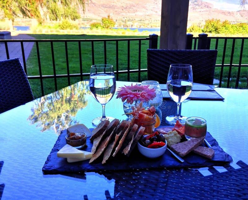 Apéritifs et verres de vin sur le Tableau avec une vue photos libres de droits