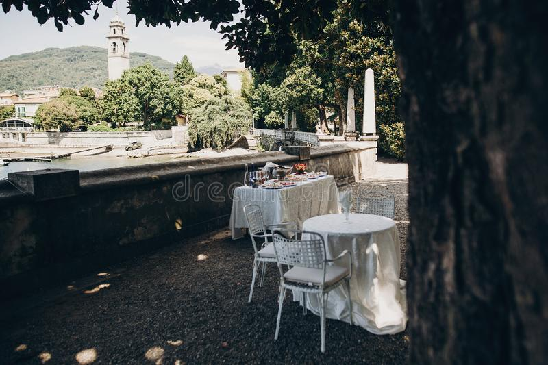 Apéritifs italiens délicieux sur la table à la réception de mariage dehors Canapes et champagne, fruits sur la table au bord de m photos stock