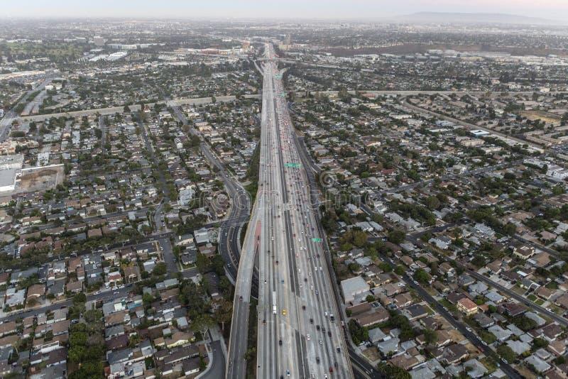 Após a antena do por do sol da autoestrada de San Diego 405 em Los Angeles fotos de stock