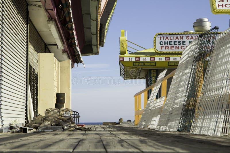 Após o furacão Sandy:  Alturas do beira-mar, passeio à beira mar de New-jersey fotos de stock