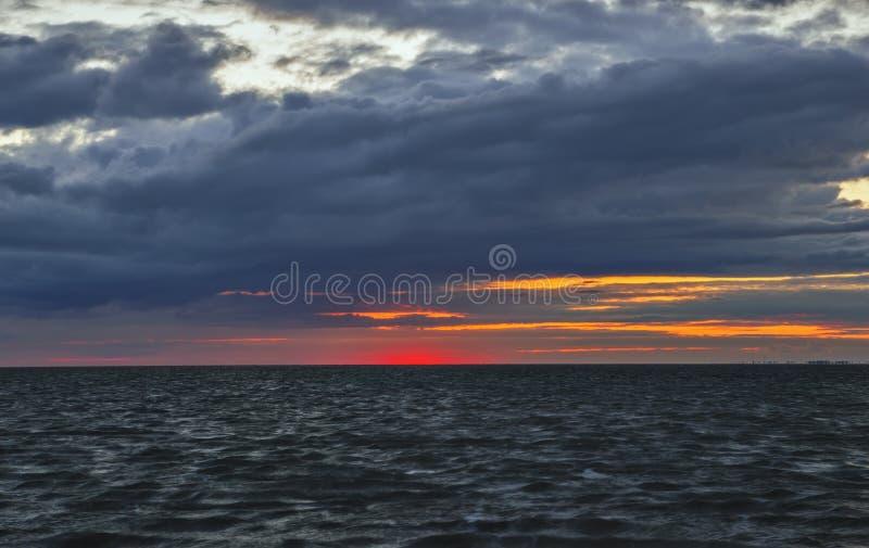 Após o por do sol, o sol saiu de uma impressão bonita imagens de stock