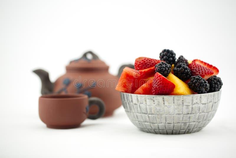 Após a sobremesa do jantar do fruto fresco e do chá foto de stock