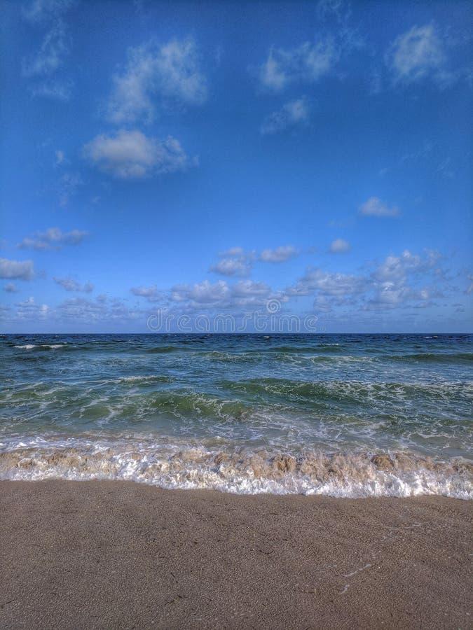 Após ter apreciado a ressaca na praia fotografia de stock royalty free