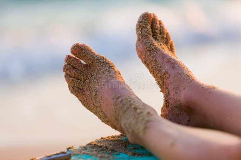 Após uma caminhada na areia na praia foto de stock
