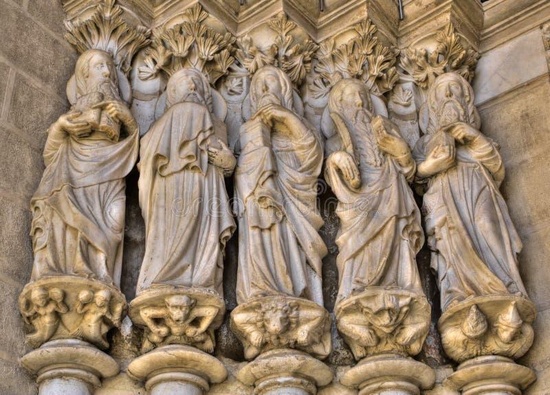 Apóstoles en la entrada de la catedral de Evora imagen de archivo libre de regalías