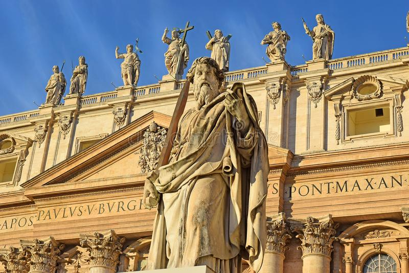Apóstolo Paul da estátua com a espada no Vaticano em Roma fotografia de stock