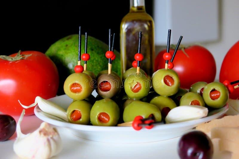 Ap?ritif avec les olives, la tomate, l'avocat, l'ail et le saindoux photographie stock