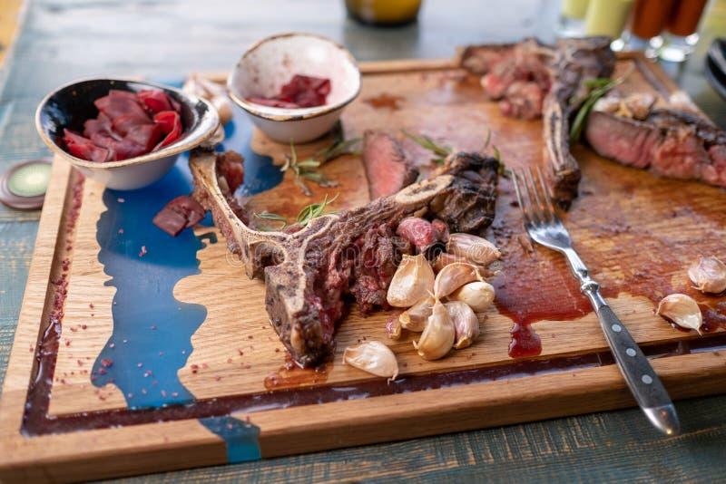 Ap?s comer seja saido sobre o osso carne restante no osso imagens de stock royalty free