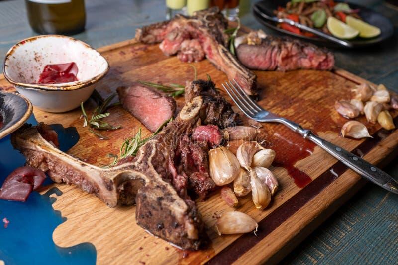 Ap?s comer seja saido sobre o osso carne restante no osso foto de stock