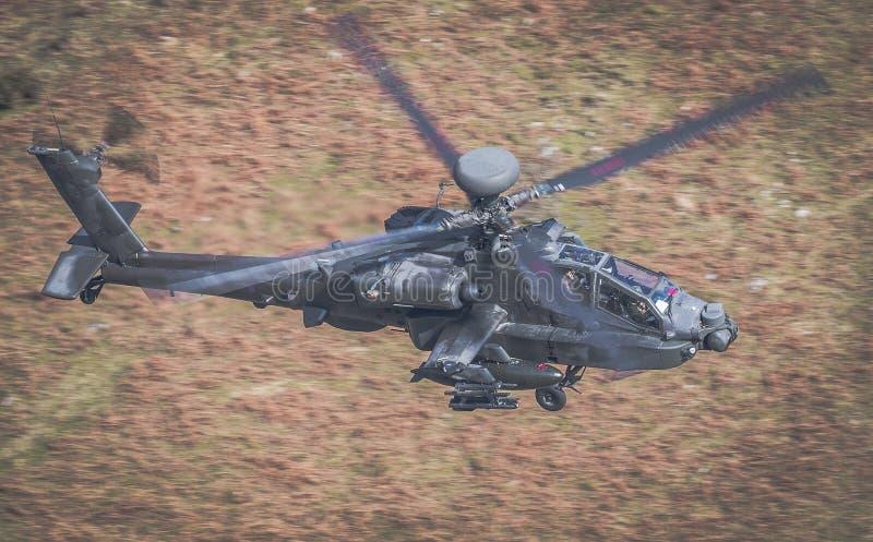 Apache helikopterflyg royaltyfria bilder