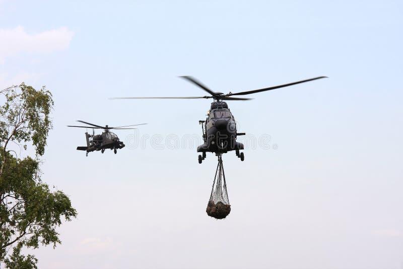 Apache militaire guide un heli de transport de puma images stock