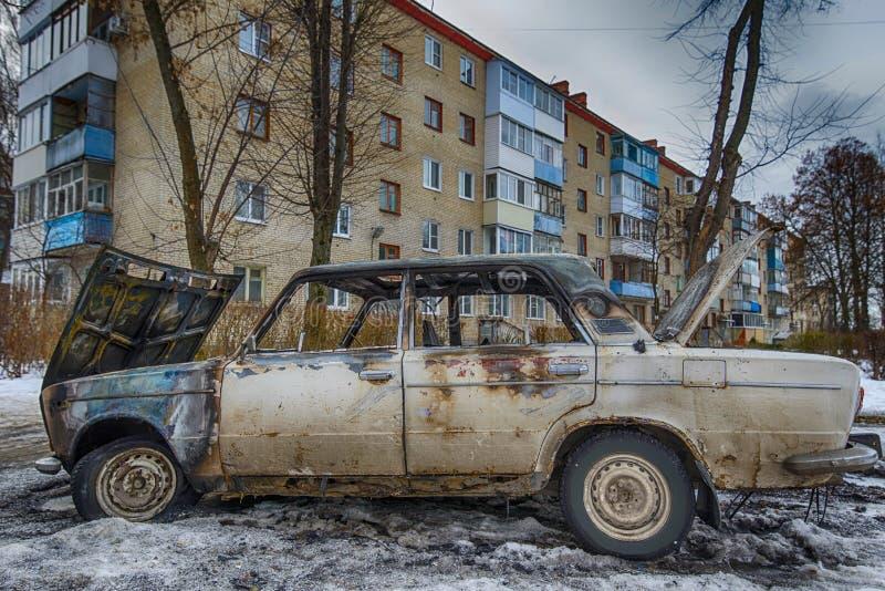 Apagado coche cerca de una construcción de viviendas fotos de archivo