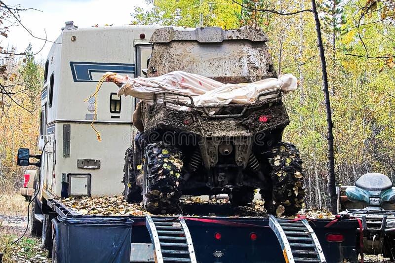Apagado un vehículo de camino cargado con los cuartos de los alces imagen de archivo