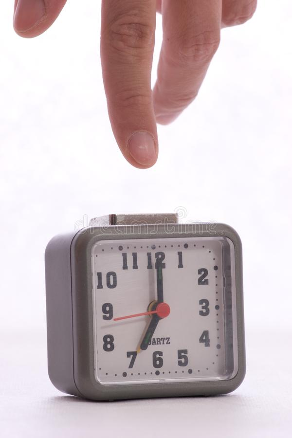 Apagar la alarma en el despertador imagenes de archivo