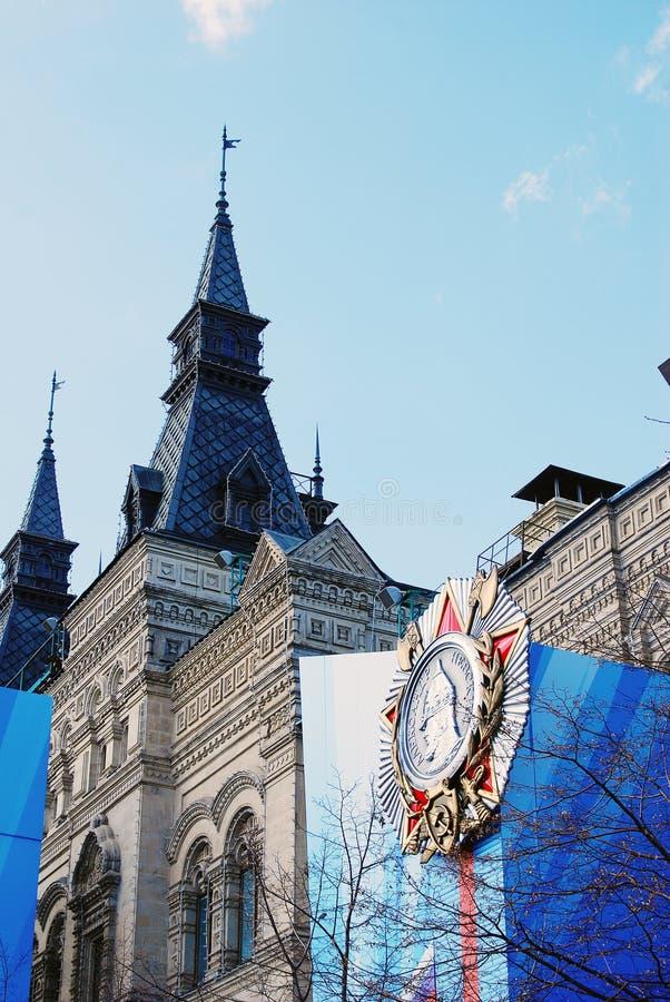 APAGUE a construção decorada por uma medalha para Victory Day foto de stock