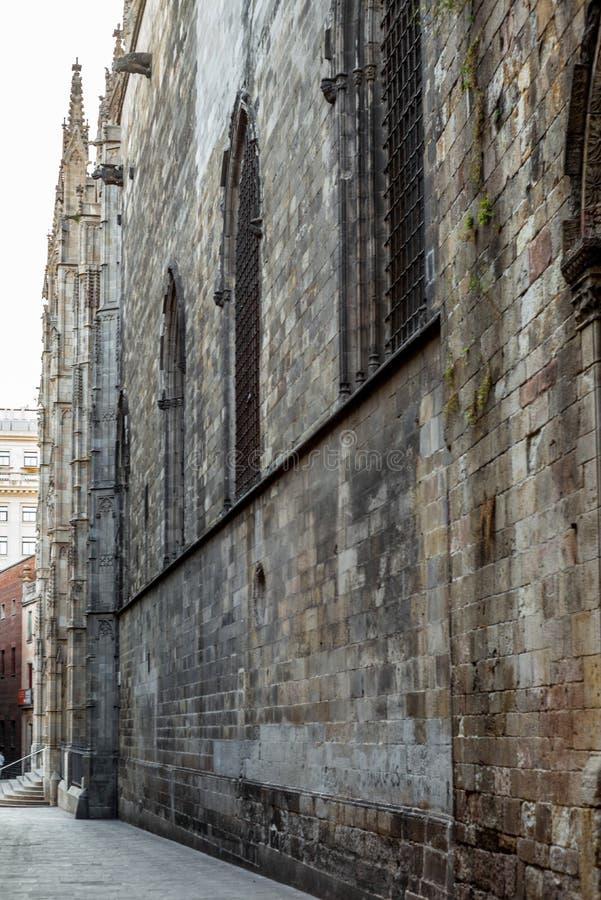 Apaisez les rues étroites dans le quart gothique de Barcelone en m photos stock
