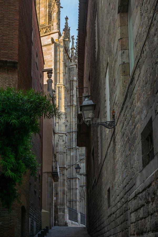 Apaisez les rues étroites dans le quart gothique de Barcelone en m photo stock