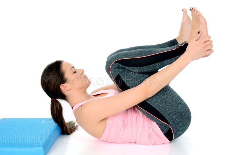 Apanasana - ginocchio alla posa di yoga del petto fotografie stock libere da diritti