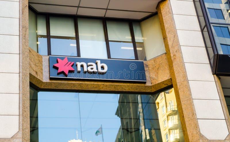 APANHAR o logotipo nacional do banco de Austrália no prédio de escritórios em Sydney Downtown foto de stock royalty free