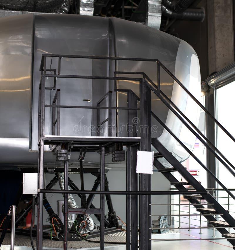 Aparência de um simulador de formação de uma cabine do avião comercial para treinar e instruir pilotos e outros estagiários imagem de stock