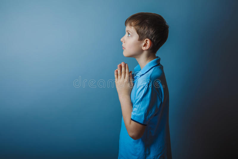 Aparência europeia do adolescente do menino em uma camisa azul imagem de stock royalty free