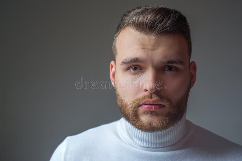 Apar?ncia ? moda do homem farpado bem preparado Barbeiro do penteado Fim macho farpado do homem acima da cara Conceito do barbeir imagens de stock