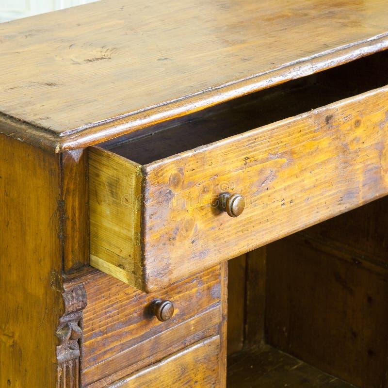 Aparador de madera italiano viejo apenas restaurado en una tienda de desperdicios fotografía de archivo libre de regalías