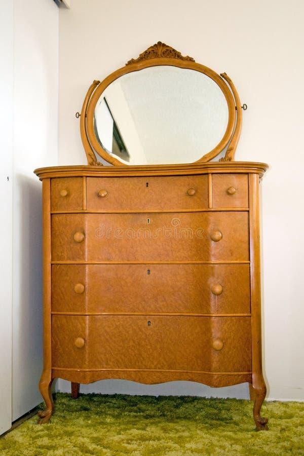 Aparador del arce del ojo del pájaro antiguo con el espejo fotografía de archivo libre de regalías
