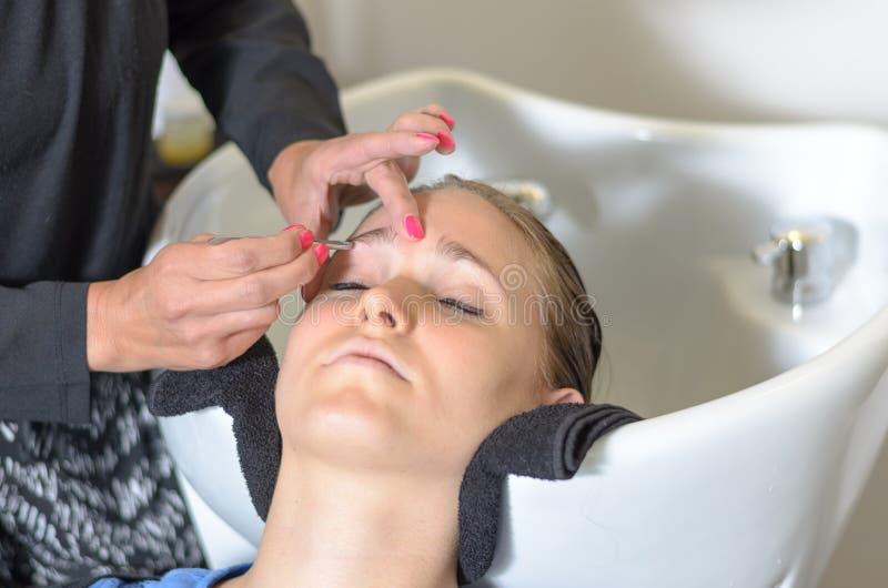 Aparagem do esteticista sobrancelhas das moças imagem de stock royalty free