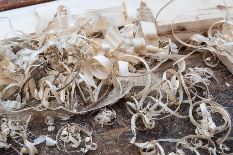 Aparas de madeira em um joiner& x27; banco de s fotos de stock royalty free