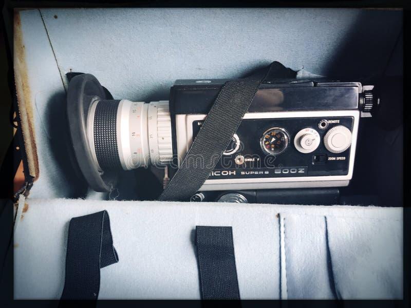 Aparat filmowy w kategorii Vintage amateur i bębny kolorowych filmów filmowych w formacie Super 8 mm, z bliska przy selektywnej k zdjęcie stock