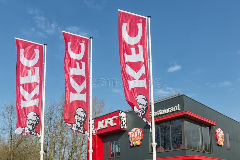 Aparcamiento cerca de la autopista holandesa con el restaurante de comida rápida de KFC fotografía de archivo