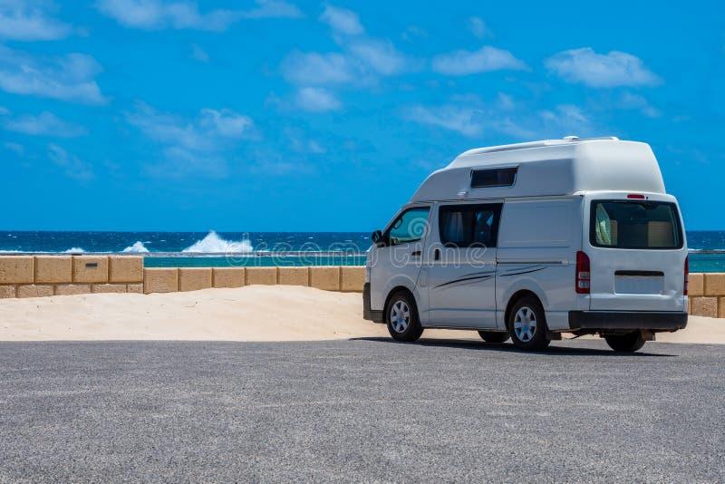 Aparcamiento de Campervan en la playa de Gregory en Australia occidental durante ventoso pero día soleado fotografía de archivo