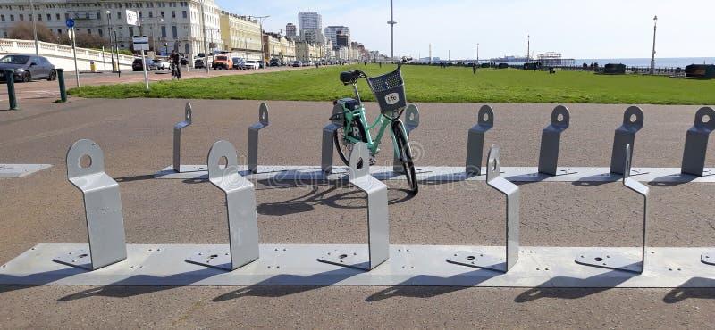 Aparcamiento de la bicicleta en los céspedes Hove imagen de archivo libre de regalías