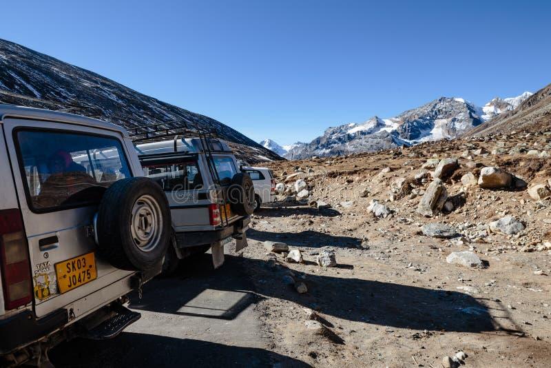 Aparcamiento de los coches del tracción cuatro ruedas con el valle de Yunthang en el fondo en invierno en el punto cero en Lachun fotos de archivo libres de regalías