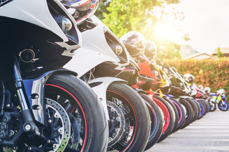 Aparcamiento del grupo de las motocicletas en la calle de la ciudad en verano fotografía de archivo