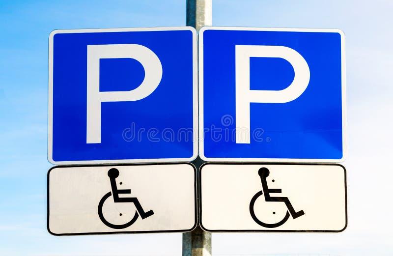 Aparcamiento doble de la señal de tráfico para el discapacitado imagenes de archivo