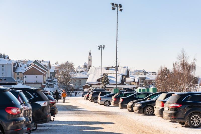 Aparcamiento en Hauser Kaibling - una de las estaciones de esquí superiores de Austria Haus im Ennstal, macizo de Dachstein, regi fotos de archivo libres de regalías