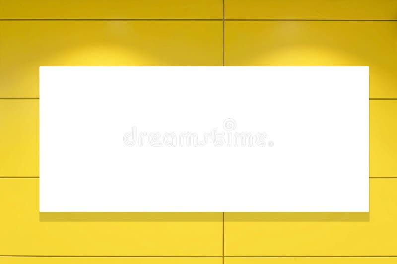 Aparcamiento interior y cartelera blanca vacía Espacio en blanco para el texto y las imágenes foto de archivo libre de regalías