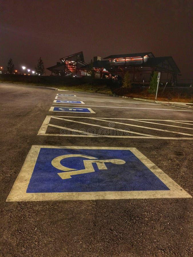 Aparcamientos para las personas con discapacidades foto de archivo