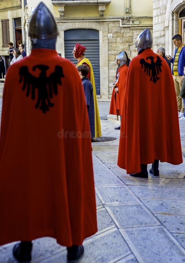 Aparecer na roupa medieval imagens de stock