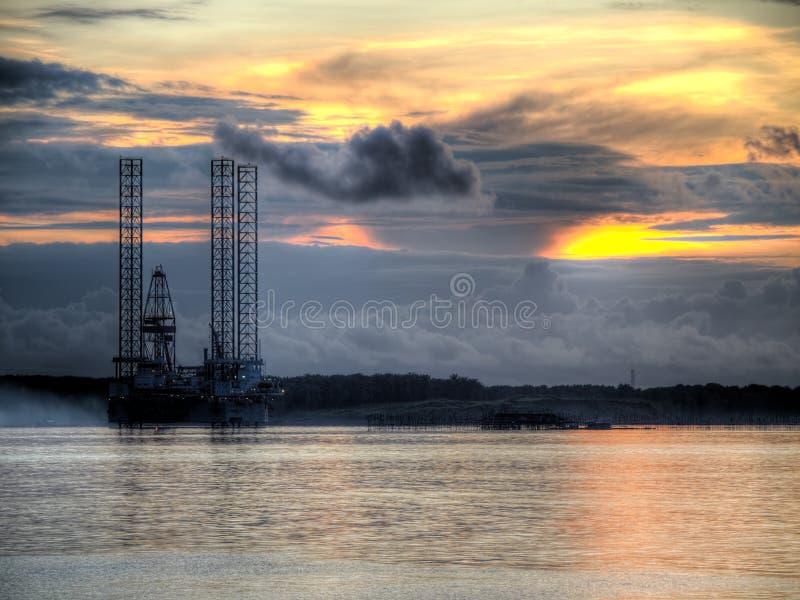 Aparejo de la exploración petrolífera en el amanecer imagen de archivo