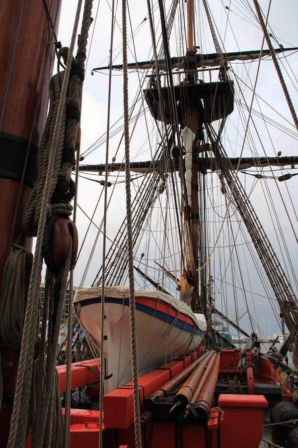 Aparejo de la nave, bote salvavidas y palos fotografía de archivo libre de regalías