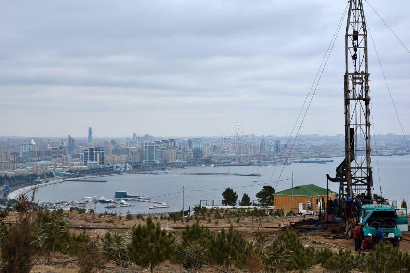 Aparejo de la perforación petrolífera en Baku, capital de Azerbaijan, con la visión sobre la ciudad y el mar Caspio imágenes de archivo libres de regalías