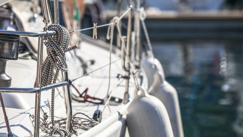 Aparejo de los yates, de las cuerdas y de los detalles de la navegación Deporte imagenes de archivo
